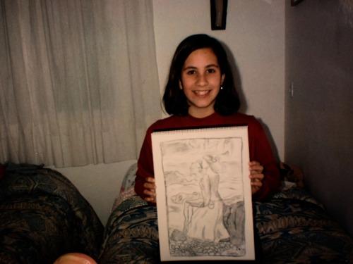 Una joven aspirante a artista orgullosa de su obra